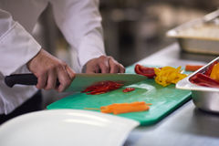 Szef kuchni w hotelowych kuchennych plasterków warzywach z nożem Fotografia Royalty Free