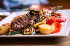 Szef kuchni w hotelowych lub restauracyjnych kuchennych kulinarnych rękach tylko Przygotowany wołowina stek z jarzynową dekoracją fotografia royalty free