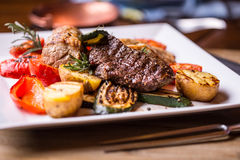 Szef kuchni w hotelowych lub restauracyjnych kuchennych kulinarnych rękach tylko Przygotowany wołowina stek z jarzynową dekoracją obraz royalty free