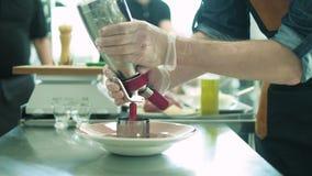 Szef kuchni w hotelowym lub restauracyjnym kuchennym kucharstwie ręka, tylko 4K zbiory