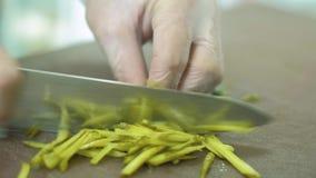 Szef kuchni w hotelowym lub restauracyjnym kuchennym kucharstwie ręka, tylko 4K zbiory wideo