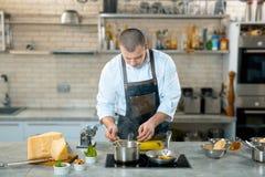 Szef kuchni w procesie - narządzania Włoski naczynie obraz royalty free