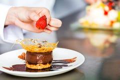 Szef kuchni w restauracyjnym kuchennym kucharstwie Fotografia Stock