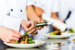 Szef kuchni w restauracyjnym kuchennym kucharstwie Obraz Royalty Free