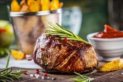 Szef kuchni w restauracyjnym kuchennym kucharstwie, jest tnącym mięsem lub stkiem fotografia stock