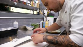 Szef kuchni w restauracyjnym kuchennym narządzanie talerzu zdjęcie wideo
