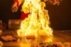 Szef kuchni w zachodniej restauraci smaży stek zdjęcie royalty free