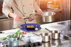 Szef kuchni wręcza mienie gotującego jagnięcego giczoł Obraz Royalty Free