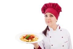 szef kuchni wręcza makaronu talerza ona Zdjęcia Royalty Free