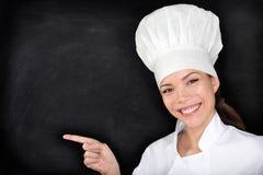Szef kuchni wskazuje pokazywać pustego menu blackboard Zdjęcia Royalty Free