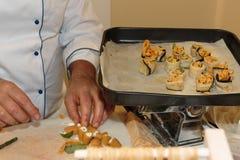 Szef kuchni z Jednolitym narządzanie makaronem Wypełniającym z serem Fotografia Royalty Free