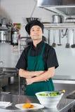 Szef kuchni Z sałatką I ciastkiem Na kontuarze Fotografia Royalty Free
