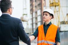 Szef lub szef handshaking z pracowników inżynierami i dawać pensja w kopercie Biznesowy nowożytny tło Fotografia Royalty Free