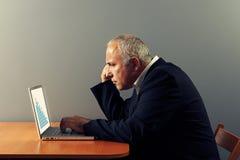 Szef patrzeje laptop obraz royalty free