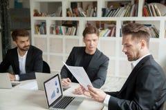 Szef patrzeje pieniężnego stats donosi przedstawia pracownikiem zdjęcia stock