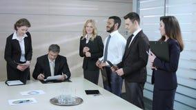 Szef podpisuje kontrakt