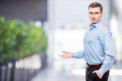 Szef pokazuje jego rękę strona przestrzeń na lewicie Obrazy Stock