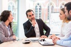 Szef przewodzi biznesowego spotkanie z partnerami obrazy stock