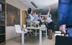 Szef przyjeżdża biuro dla świętowania w biznesowym sukcesie zdjęcie stock