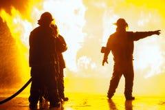 Szef straży pożarnej wskazuje dobro podczas pożarniczego ćwiczenia obraz stock