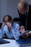 Szef wrzeszczy przy żeńskim pracownikiem zdjęcia stock