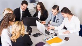 Szef z fachowymi urzędnikami dyskutuje narządzanie kontrakt Zdjęcie Stock