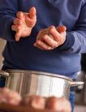 Szef zręcznie pleśnieje farszu kebab soczysty mięso Fragrant farsz z podprawą obrazy royalty free