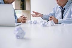 Szefa i kierownictwa uczucia drużynowy stres poważny i nie udać się biznes, Drużynowy spór niepowodzenie i wyczerpujący z problem obrazy stock