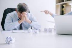 Szefa i kierownictwa uczucia drużynowy stres poważny i nie udać się biznes, Drużynowy spór niepowodzenie i wyczerpujący z problem obraz royalty free