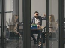 Szefa krzyk przy księgowym w biurze Szef kobieta i mężczyzna dyskutujemy firma budżet i pieniądze kryzys, biznesowy konflikt i Obraz Royalty Free