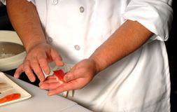 szefa kuchni świeżego nigi czyni sushi Zdjęcia Stock