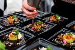 Szefa kuchni avocado puree z warzywami i crispy bekonem obraz royalty free