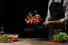 Szefa kuchni czas gotować świeżej garneli w niecce, marznie w ruchu z warzywami Kulinarny owoce morza, 1healthy jarski jedzenie i zdjęcie stock