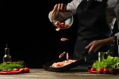 Szefa kuchni czas gotować świeżej garneli w niecce, marznie w ruchu z warzywami Kulinarny owoce morza, zdrowy jarski jedzenie i j fotografia royalty free