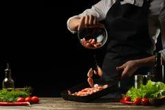 Szefa kuchni czas gotować świeżej garneli w niecce, marznie w ruchu z warzywami Kulinarny owoce morza, zdrowy jarski jedzenie i j zdjęcie royalty free