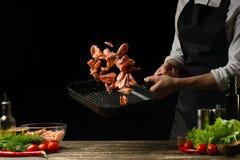 Szefa kuchni czas gotować świeżej garneli w niecce, marznie w ruchu z warzywami Kulinarny owoce morza, zdrowy jarski jedzenie i j fotografia stock