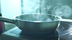 Szefa kuchni dłoniaka świezi warzywa w niecce zbiory