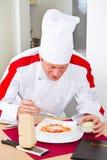 Szefa kuchni garnirunek Włoski makaronu naczynie obraz stock