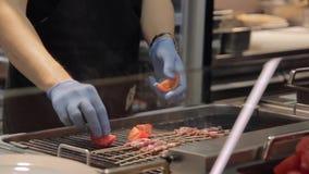 Szefa kuchni kładzenia pomidor, zielony papier i skewers, zbiory wideo