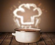 Szefa kuchni kapelusz nad kucharstwo garnek Obrazy Royalty Free
