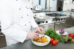 Szefa kuchni kucharstwo w jego kuchni zdjęcia royalty free
