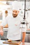 Szefa kuchni kucharz przy kuchnią fotografia royalty free