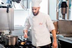 Szefa kuchni kucharz przy kuchnią Zdjęcie Royalty Free