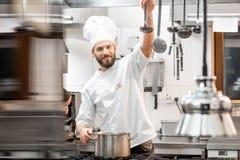 Szefa kuchni kucharz przy kuchnią Zdjęcia Stock