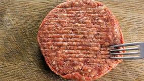 Szefa kuchni kucharz w czarnych rękawiczkach tworzy cutlet dla gotować z rozwidleniem na cutlet główny składnik dla hamburgeru, w zbiory