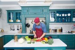 Szefa kuchni kulinarny jarski przepis Jarskie kuchni bogactwa witaminy Mężczyzna szefa kuchni odzieży fartucha kucharstwo w kuchn obrazy stock