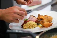 Szefa kuchni kulinarny jedzenie w kuchni, szefa kuchni narządzania jedzenie fotografia stock