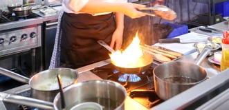 Szefa kuchni kulinarny jedzenie w kuchni, szefa kuchni narządzania jedzenie zdjęcie royalty free