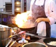 Szefa kuchni kulinarny jedzenie w kuchni, szefa kuchni narządzania jedzenie obraz stock