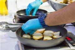 Szefa kuchni kulinarny jedzenie w kuchni, szefa kuchni narządzania jedzenie obrazy royalty free